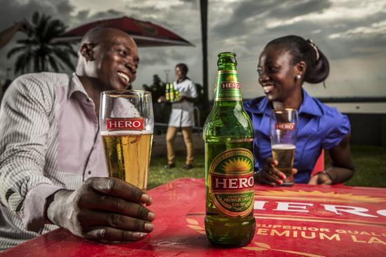 나이지리아 오니차에서 현지인들이 SAB밀러의 '히어로'(Hero) 맥주를 즐기고 있다./사진=SAB밀러 웹사이트(sabmiller.com)