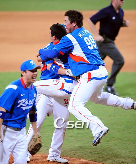 지난 2008년 베이징올림픽에서 금메달을 목에 건 한국 야구대표팀. /사진=OSEN<br /> <br />