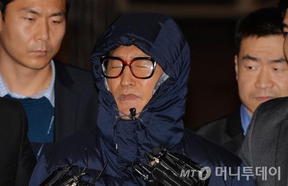 (서울=뉴스1) 박철중 기자 지난해 11월 필리핀에서 체포돼 송환된 조양은이 서울 마포구 경찰광역수사대에 들어서고 있다.