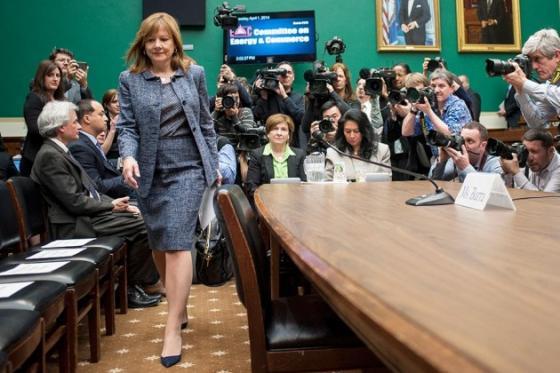 메리 바라 제너럴모터스(GM) CEO(최고경영자)가 지난 4월1일 대규모 리콜 사태를 둘러싸고 미국 하원에서 열린 청문회에 참석하기 위해 들어서고 있다. /사진=블룸버그