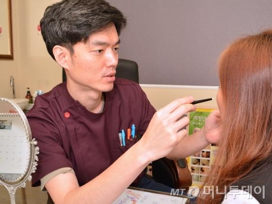김하중 라마르의원 평촌점 원장이 필러 시술을 위해 찾은 환자를 상담하고 있다./사진=라마르의원