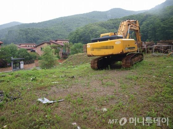 중국 유명 여배우 탕웨이가 2012년 7월 구입한 경기 성남 분당구 구미동의 한 토지. 건설 자재와 중장비가 놓여 있다. / 사진=송학주기자