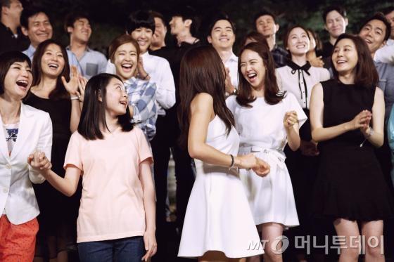 '코이노니아' 뮤직비디오 촬영 현장에 모인 문화예술체육인들. /사진제공=포토라일락