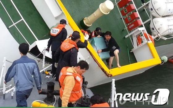 세월호에서 이준석 선장(하의 속옷차림에 맨발을 한 이)과 선박직 선원들이 세월호에서 탈출하고 있다. /사진=뉴스1
