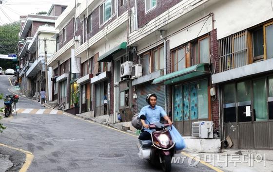 반 지하 다세대주택이 쭉 늘어선 서울 창신동 골목. 문을 열면 옷감을 잔뜩 실은 오토바이가 휙휙 지나간다.