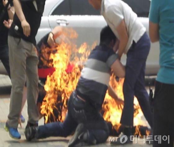 인천 영종도의 한 아파트 입주자 대표 정모씨(55)가 몸에 시너를 뿌린 후 대치하다 경찰 제압 도중 몸에 불이 붙었다. / 자료제공=해당 아파트연합회 주민
