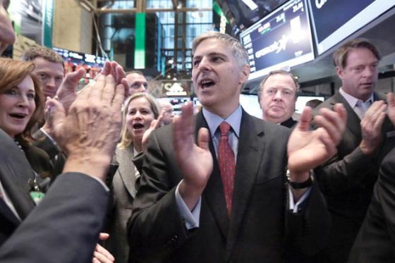 크리스토퍼 나세타 힐튼 CEO(최고경영자·가운데)가 지난해 12월12일 미국 뉴욕증권거래소(NYSE)에서 힐튼의 재상장 첫 거래 시작에 맞춰 환호하고 있다./사진=블룸버그