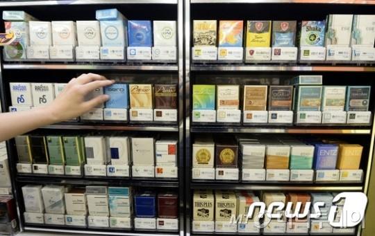 정부의 담뱃값 인상안을 발표를 하루 앞둔 10일 오후 서울 시내 편의점에서 직원이 담배코너를 정리하고 있다./ 사진=뉴스1