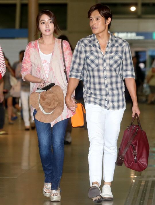 지난해 8월 12일 신혼여행 길에 오르는 배우 이민정(왼쪽)과 이병헌 부부/사진=홍봉진 기자