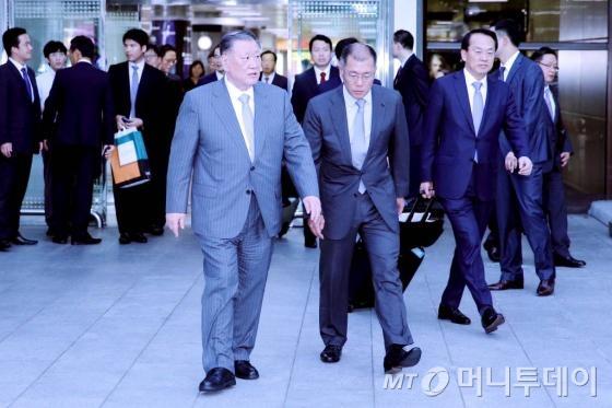 정몽구 현대자동차그룹 회장이 4일간의 미국현장경영을 마치고 8일 오후 서울 김포국제공항을 통해 귀국하고 있다.