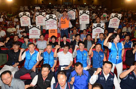 22일 국회 의원회관에서 열린 공무원연금개혁 토론회에 참석한 공무원들이 개혁에 강하게 반발하고 있다. /사진=뉴스1