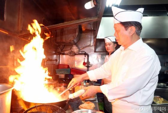 장군유 사장이 주방에서 요리를 하고 있는 모습. /사진=이기범 기자