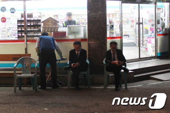 27일 밤 울산 북구 호계동의 유흥가 밀집지역에서 대리운전기사들이 콜을 기다리고 있다.  / 사진=뉴스1