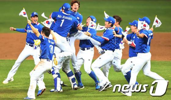 지난 28일 오후 문학야구장에서 열린 2014 아시안게임 야구 한국과 대만의 결승전에서 한국이 6대3 승리를 거두며 금메달을 획득하자 선수들이 환호하고 있다. /사진제공=뉴스1 <br>