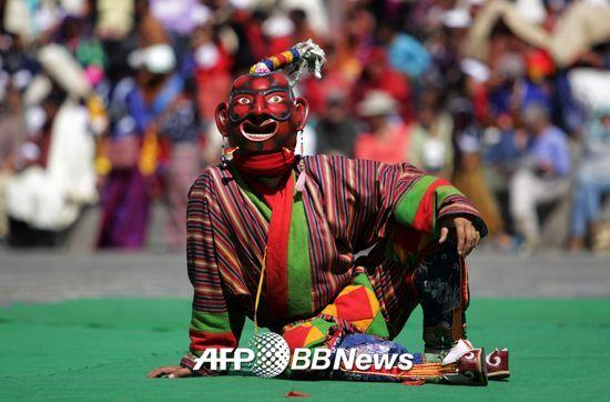 8��(�����ð�) ��ź�� ��Ǫ���� ���� �ұ� ���� '��Ǫ ����(Thimphu Tshechu) �佺Ƽ��'���� �� ���ڰ� ������ ���� ���� �ϰ� �ִ�/ ����=AFPBBNews