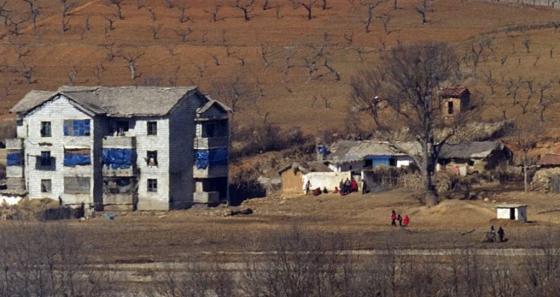 파주 오두산 통일전망대에서 바라본 황해북도 개풍군 지역에서 북한주민들이 무리지어 대화를 나누고 있다./ 사진=뉴스1