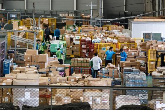 해외 직접구매 활성화를 위한 '목록통관' 대상이 확대 시행된 지난 6월 16일 인천 중구 운서동 인천공항세관 검사장에서 물류업체 직원들이 수입신고가 완료된 해외직구 물품들을 정리하고 있다. /사진=뉴스1