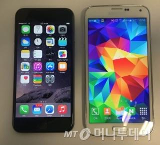 아이폰6(왼쪽)와 갤럭시S5. 외형 차이가 크지 않다. / 사진=이학렬 기자