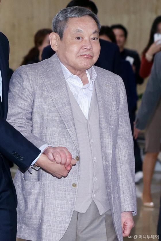 이건희 삼성그룹 회장이 미국과 일본을 오가며 요양과 경영구상을 마친 뒤 지난 4월 17일 오후 서울 김포국제공항을 통해 입국하고 있는 모습. /사진=최부석 기자
