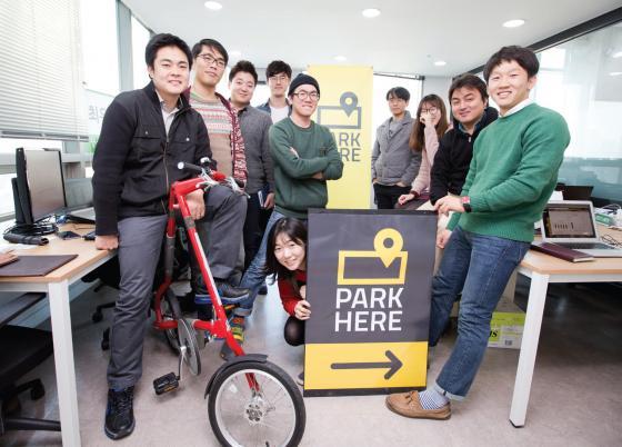 김태성 대표(맨 왼쪽)와 파킹스퀘어 직원들