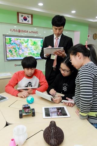 대성동 초등학교 선생님들과 학생들이 스마트기기를 활용해 IoT 체험교육을 하고 있는 모습. / 사진제공=KT