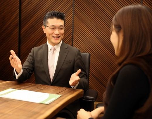 신영증권 패밀리오피스에서 정종희 부장이 고객을 대상으로 플랜업 주니어 상품에 대해 설명하고 있다/사진제공=신영증권