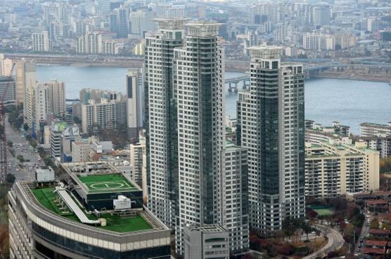 지난해 충돌사고로 건물 외벽이 파손된 서울 삼성동 아이파크 아파트 모습. 올해 36층 전용면적 269.41㎡(공급면적 527㎡) 펜트하우스가 감정가 80억원에 경매 나와 가장 비싼 아파트로 기록돼 화제. / 사진제공=뉴스1