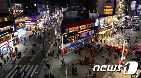 '2014 신촌 크리스마스 거리축제'가 열린 서울 서대문구 연세로에서 19일 오후 시민들이 불밝힌 신촌거리를 오가고 있다. (사진은 기사 내용과 관련이 없음) / 사진=뉴스1