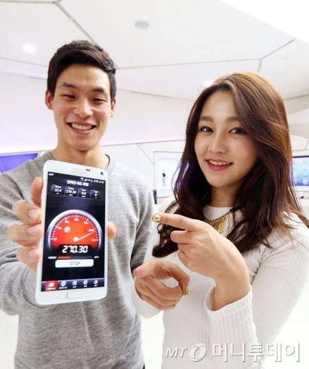 SK텔레콤은 소비자 평가단을 통해 29일부터 세계 최초로 기존 LTE보다 4배 빠른 '3 band LTE-A' 상용 서비스를 개시했다고 밝혔다./사진제공=SKT.