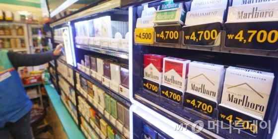 1일 자정부터 대부분의 담배가 정부의 금연종합대책에 따라 기존가격보다 2000원씩 인상된 가격에 판매되고 있다./ 사진=이동훈 기자