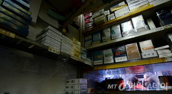 새해 첫날부터 시행된 담뱃값 인상으로 판매 현장에서 각종 논란이 일고 있는 가운데  지난 2일 오후 서울 중구 무교동의 한 담배 판매점 앞으로 시민들이 지나고 있다. /사진=뉴스1