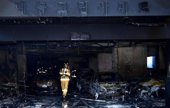 지난 10일 경기도 의정부시 의정부동 10층짜리 아파트 화재현장 주차장에 있는 차량들이 전소되어 있다./ 사진=뉴스1