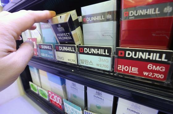 지난 1일 서울 시내 한 편의점에 던힐 담배 가격이 새해 1일에도 인상되지 않고 2700원에 판매되고 있다./ 사진=뉴스1