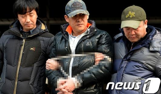 안산 인질극 피의자인 김모(47)씨가 15일 오전 경기도 안산 단원경찰서에서 영장 실질검사를 위해 이동하고 있다. 피의자는 지난 13일 두 딸과 딸의 친구 1명, 부인의 전남편을 가정집에 두고 인질극을 벌였으며 전남편과 딸 1명을 살해했다./사진=뉴스1
