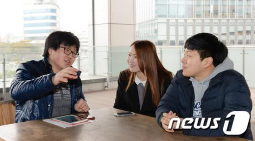 지난 25일 오후 서울 종로구 대한민국역사박물관에서 한중일 대학생들이 간담회를 하고 있다. 왼쪽부터 중국인 리페이밍(25)씨, 일본인 나카무라 카나(20)씨, 한국인 정석원(27)씨./뉴스1 © News1 신웅수 기자