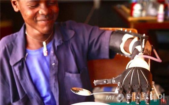 3D로 만든 의수로 2년만에 숟가락을 들고 스스로 식사를 하는 대니얼./사진=낫임파서블 사이트