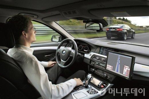 구글(위)과 BMW의 무인자동차 테스트 장면. 무인자동차가 실용화될 경우 운수업의 형태가 크게 바뀔 것으로 예상된다