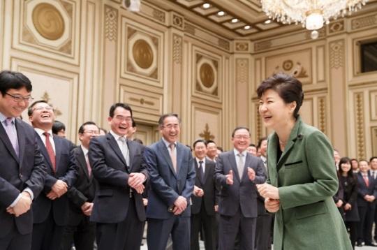 지난 25일 취임 2주년을 맞아 박근혜대통령이 청와대 직원조회에서 환하게 웃고있다./사진= 청와대 페이스북