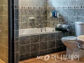 욕실 벽면과 바닥에 시공된 타일 이미지