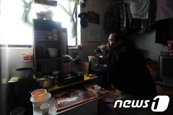 서울시내 한 독거노인이 쪽방에서 식사를 하고 있다. / 사진제공 = 뉴스1