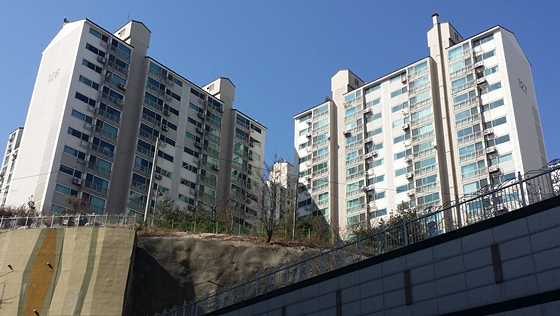 지난 12일 한국은행이 기준금리를 사상처음으로 1.75%로 내리자 시중은행 창구에는 주택담보대출 문의가 크게 늘었다. 사진은 서울시 성북구 정릉동에 위치한 '정릉풍림아이원' 전경.