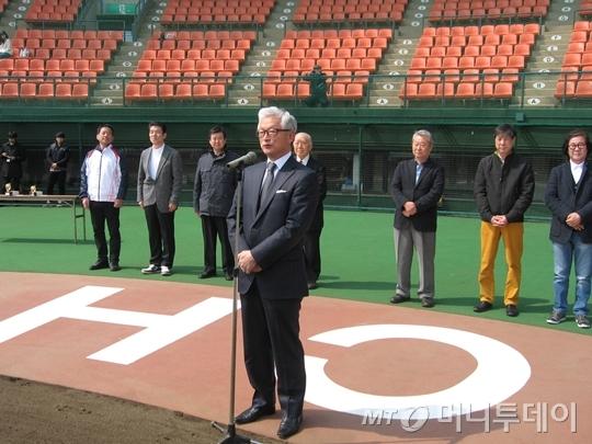 야마나카 마사타케 교수가 한국여자야구국가대표팀과 일본 실업의 강팀 아사히 트러스트전이 끝난 뒤 총평을 하고 있다. 뒤쪽 오른쪽부터 김형식 한국여자야구연맹(WBAK) 부회장, 정진구 회장, 하세가와 일본여자야구연맹 회장이다.