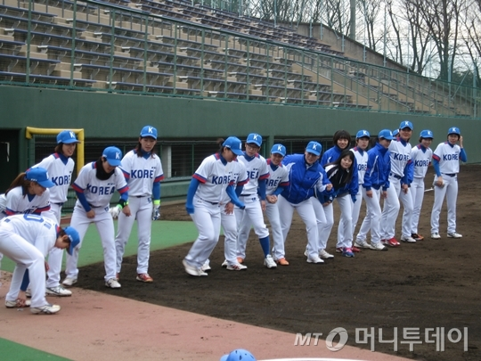 한국여자야구국가대표팀(감독 권백행)이 아사히 트러스트전을 준비하고 있다. 정식 7이닝 경기에서 4-5, 한 점차로 아깝게 졌다.
