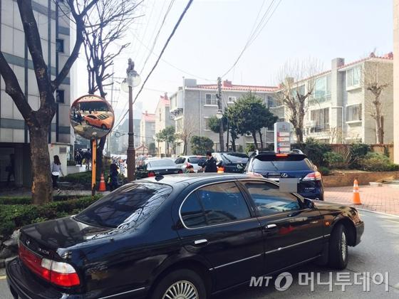 """""""차 빼달라 했더니 '예배중'…"""" 대형교회 불법주차 '몸살'"""