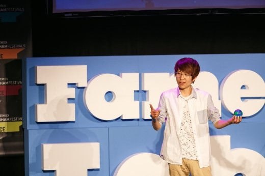 2014년 페임랩 한국 대표 지웅배 씨(연세대 천문우주학 학부생)가 발표를 하고 있다/사진=페임랩