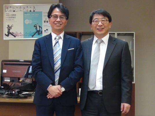 강원철 알티캐스트 대표(오른쪽)와 김형석 카테노이드 대표가 전략적 지분투자를 체결하고 기념촬영하고 있다. / 사진제공=알티캐스트
