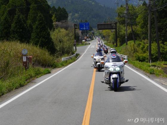 혼다코의 모터사이클 '골드윙' 라이더들이 일본 쿠마모토의 라이딩 코스를 달리고 있다. /사진제공=혼다코리아