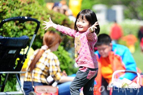 어린이날을 맞은 5일 오전 전북 전주시 덕진동 전주동물원에서 한 어린이가 행사장 음악에 맞춰 춤을 추고 있다.2015.5.5/뉴스1  <저작권자 © 뉴스1코리아, 무단전재 및 재배포 금지>