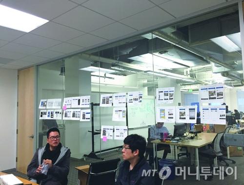 유저의 피드백을 바탕으로 더 나은 UX를 위해 논의하는 선샤인팀 (조지욱 디자인 이사(왼쪽)와 김흥주 부대표)