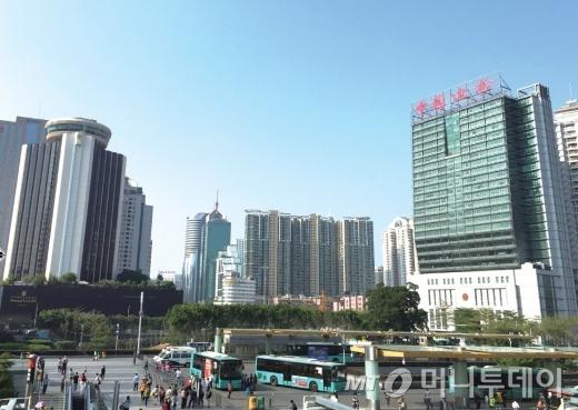 1970년대만 해도 인구 2만의 작은 농어촌이었던 선전은 1979년 덩샤오핑의 개방정책을 통해 중국의 실리콘밸리로 거듭났다.